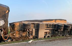 Camion si ribalta lungo la Bergamina, conducente illeso