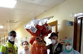 Coronavirus, gli alpini in ospedale con un maxi uovo di Pasqua e le colombe