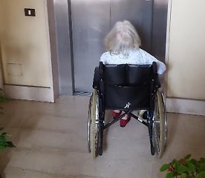 Anziana sulla sedia a rotelle 'prigioniera' in casa da tre