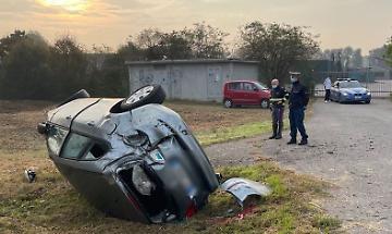 Perde il controllo dell'auto e finisce fuoristrada, ferita 33enne