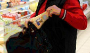 Ruba uno spicchio di grana al supermercato, 62enne denunciato