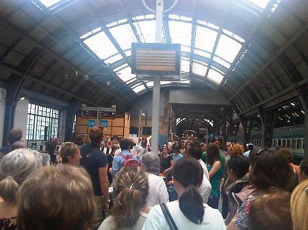 Guasto elettrico alla stazione Centrale di Milano treni bloccati