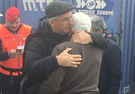 Sisma, l'abbraccio del vescovo alla 'sua' gente