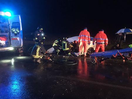 Tre auto si scontrano Due ragazzi sono morti