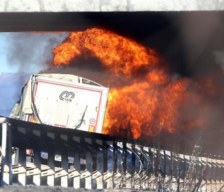 Inferno di fuoco sull'A21, dopo otto giorni dall'incidente riapre l'autostrada