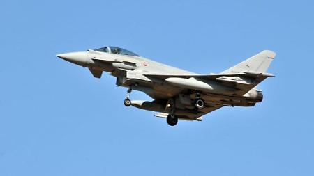 Due forti esplosioni provocate da bang sonico di due aerei caccia