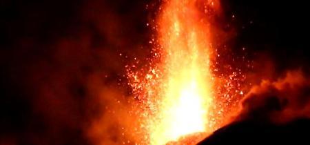 L'Etna torna a dar spettacolo: le immagini notturne dell'eruzione