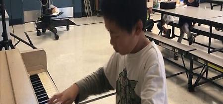 """Usa, bimbo di 10 anni suona Bach al piano per gli alunni più piccoli: """"La musica fa bene"""""""