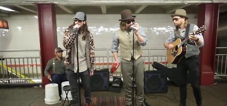 New York, sorpresa nel metrò: i Maroon 5 e Jimmy Fallon suonano in incognito