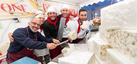 FOTO Festa del Torrone, tra gli stand nel pomeriggio di sabato 25 novembre