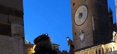 FOTO Mauro Corona stregato dal Torrazzo: 'Che meraviglia'