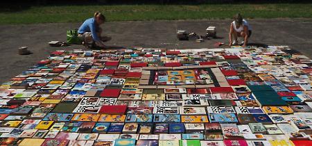 FOTO L'installazione artistica Il tappeto di libri