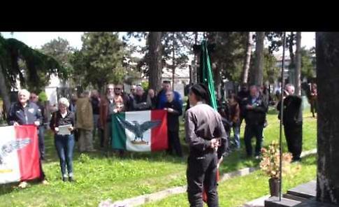 La commemorazione in ricordo di Mussolini e Farinacci al cimitero di Cremona