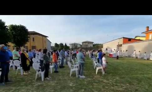 VIDEO La messa all'aperto al campo sportivo dell'oratorio di Cicognara