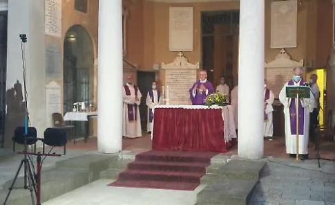 VIDEO Crema, le vittime del Covid ricordate durante la messa al cimitero