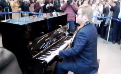 Elton John sorprende Londra: regala un piano e suona in stazione