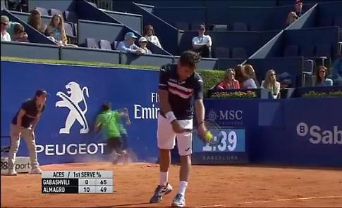 Tennis, il raccattapalle è distratto: inciampa e sbatte contro il muro