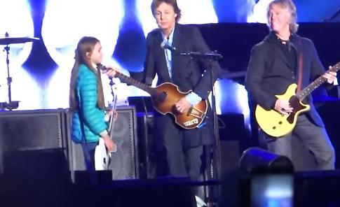 Buenos Aires, Leila bassista di 10 anni sul palco con Paul McCartney
