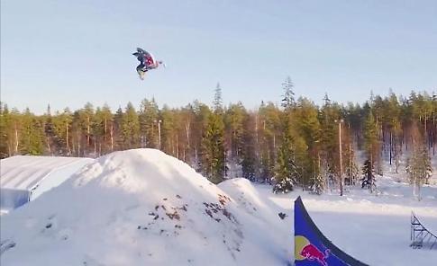 Svezia, doppio salto mortale in motoslitta: il record è da brividi