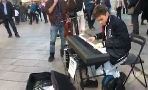 Milano, dalla Centrale al Duomo: il nuovo show del pianista di strada incanta i passanti