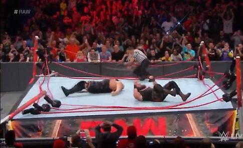 Quando il wrestler esagera: la mossa di Big Show distrugge il ring