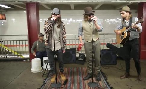 New York, sorpresa nel metrò: i Maroon 5 e Jimmy Fallon suonano in incognito