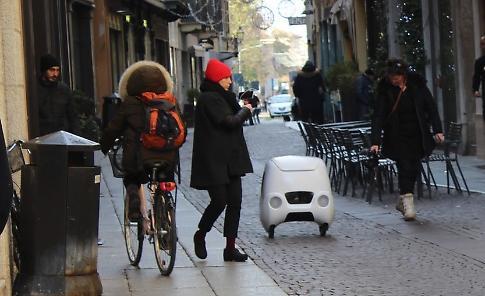 VIDEO La prima consegna del robot-postino Yape a Cremona