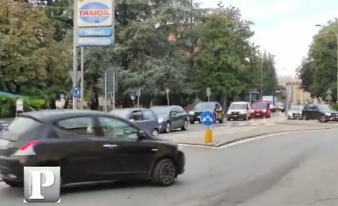 VIDEO La città nella morsa del traffico