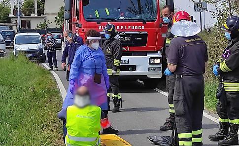 VIDEO Auto delle Poste Italiane finisce nel fosso: postino illeso