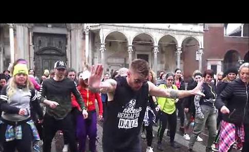 Zumba, flash mob con Marlon Alves in piazza del Comune a Cremona
