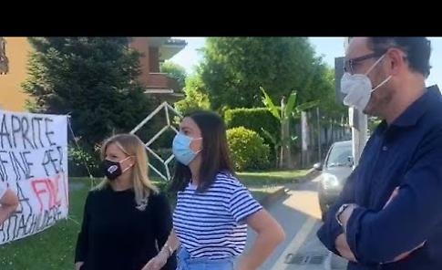 VIDEO Castelvetro, i commercianti  lanciano l'hashtag #condannatiachiudere