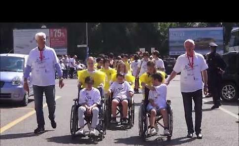 VIDEO Diversamente Uguali, il giro in carrozzina per le vie della città