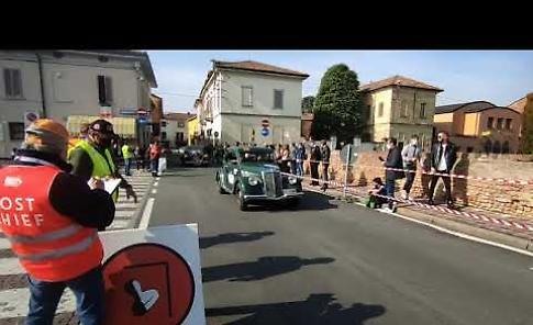 VIDEO La 1000Miglia davanti al castello di Pandino