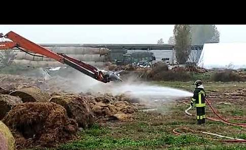 VIDEO Incendio di rotoballe domato dai vigili del fuoco