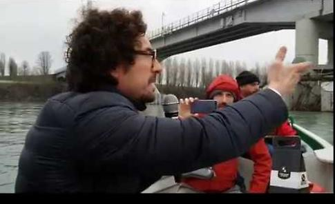 La denuncia di Toninelli (M5S) in barca sotto il ponte
