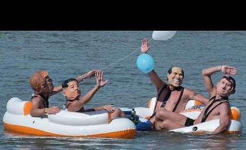 VIDEO Tuffo in Po, anche Putin e Trump con  i temerari del saggio natatorio