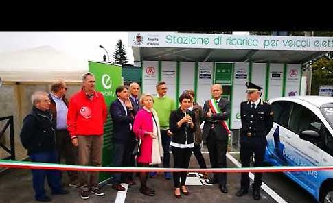 VIDEO L'inaugurazione della stazione di ricarica gratuita per veicoli elettrici a Rivolta