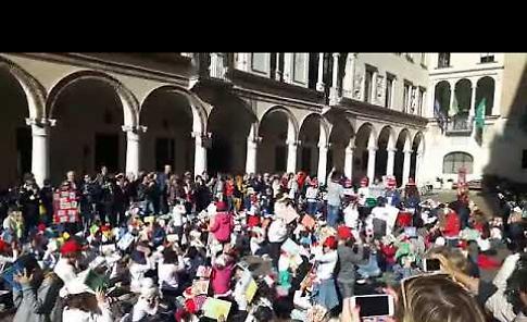 VIDEO Flash mob con 250 bambini in piazza Duomo a Crema