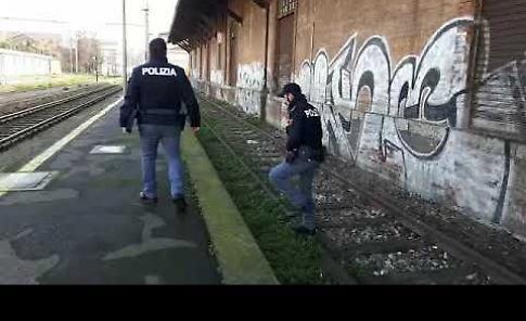 Controllo della polizia alla stazione dei treni