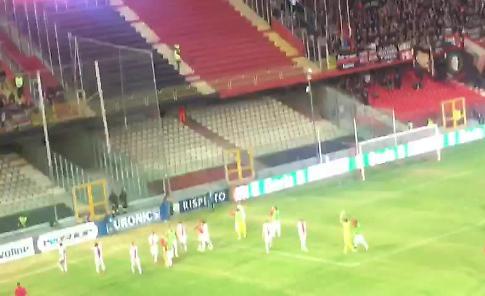 VIDEO Giocatori della Cremonese festeggiano con i tifosi a Foggia