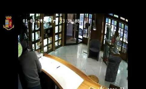 VIDEO Cremona, il ladro che si finge sordo muto in azione in gioielleria