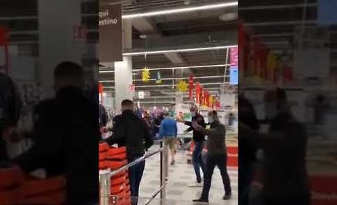 VIDEO Niente mascherina al centro commerciale, rimproverati danno in escandescenze