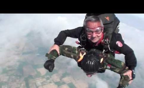 VIDEO. Il lancio col paracadute del 96enne Giuseppe De Grada