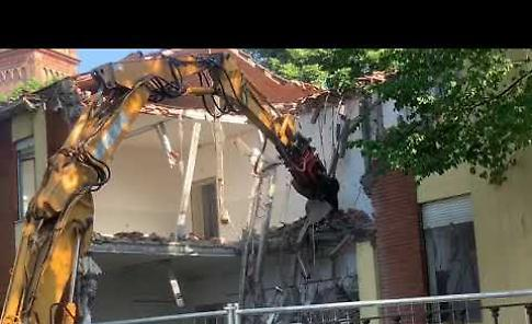 VIDEO Scuola media, iniziati i lavori di demolizione