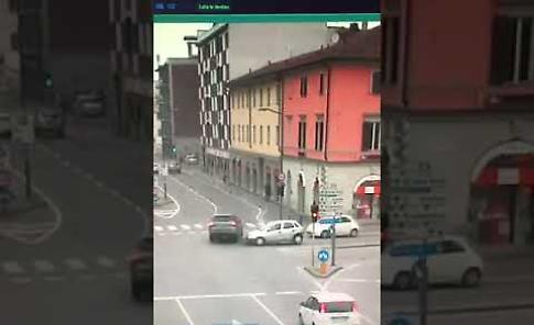 VIDEO Le immagini dell'incidente stradale in piazza Libertà-via Dante