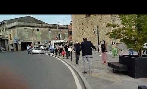 VIDEO Covid, l'omaggio dei commercianti di Castelleone al sindaco Fiori