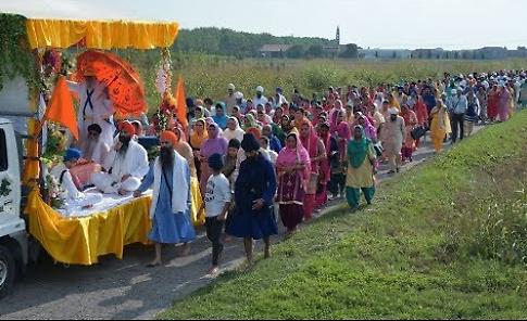 I Sikh sfilano per le  strade di Solarolo