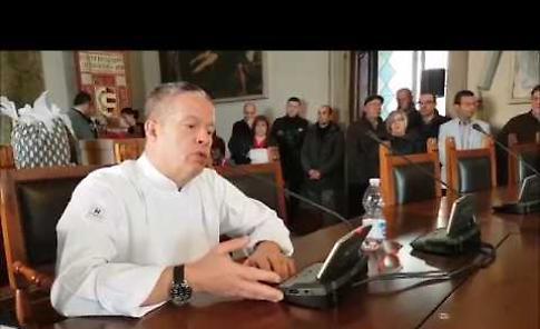 VIDEO Ernst Knam riceve il premio 'ambasciatore del gusto' alla Festa del Torrone di Cremona