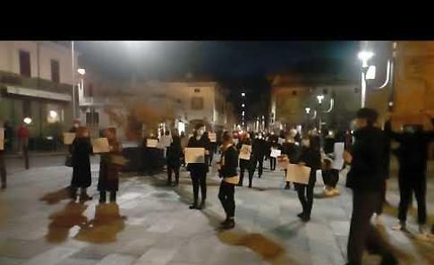 VIDEO A Castelleone flash mob silenzioso contro il Dpcm