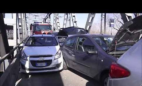VIDEO Ponte sul Po: scontro tra 4 auto